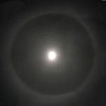 هالههای یخی زیبا حول ماه