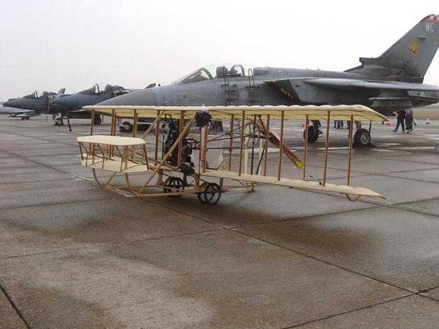 هواپیمای برادران رایت در برابر یک جنگنده